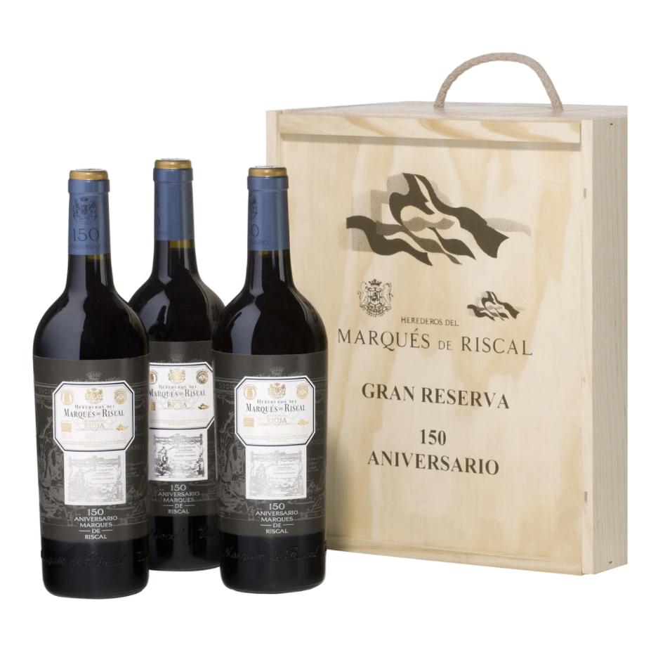 Estuche con 3 vinos tintos Marqués de Riscal 150 Aniversario Gran Reserva Rioja. Color rojo cereza muy oscuro. Aroma tostado, balsámico y complejo, con notas especiadas de pimienta negra y canela.  En boca es graso, bien estructurado, con una buena concentración tanic, redondo y con un final sedoso.