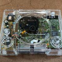 Un youtuber cambió la carcasa de su viejo PlayStation 1 por una de vidrio: así fue el proceso de creación y cómo logró que funcionara