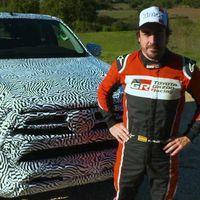 Fernando Alonso probó la nueva Toyota Hilux 2021 en su hábitat natural