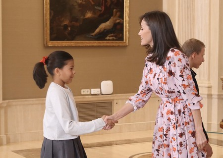 La reina Letizia nos deja un perfecto look primaveral sumándose a la tendencia de los vestido de flores