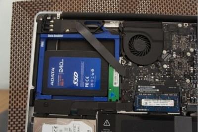 Instalando un disco SSD ADATA en la bahía óptica de un MacBook Pro 2012