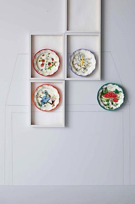 Lo último es decorar la casa con platos de cerámica
