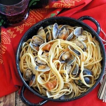 Espaguetis con almejas y anchoas, receta italiana llena de sabor a mar
