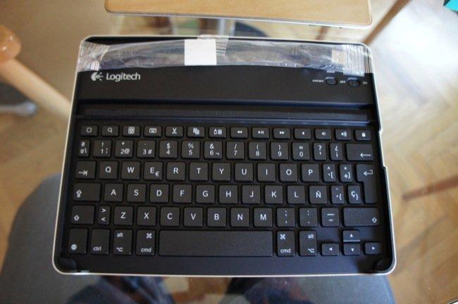 He aquí el teclado, todavía con una bolsa de plástico donde va el cable de carga dentro.