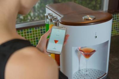 ¿Cansado de servir cócteles en tus fiestas? Atento a este barman robótico