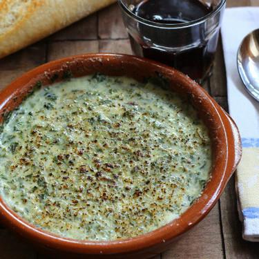 Crema de espinacas y roquefort con bechamel, la receta ideal para una cena en familia