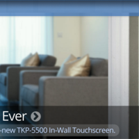 URC añade una pantalla táctil al TKP-5000 para ayudar al control de nuestro hogar
