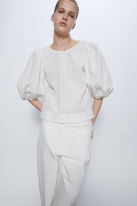Blusa con cuello redondo y manga por debajo del codo acabada en elásticos.