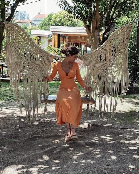 Este es el precioso vestido naranja de las rebajas de Sandro que luce Sara Carbonero