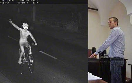 Conduciendo desnudo una bicicleta con exceso de velocidad