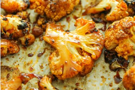 Coliflor al horno con crema y especias. Receta ligera para después del trabajo