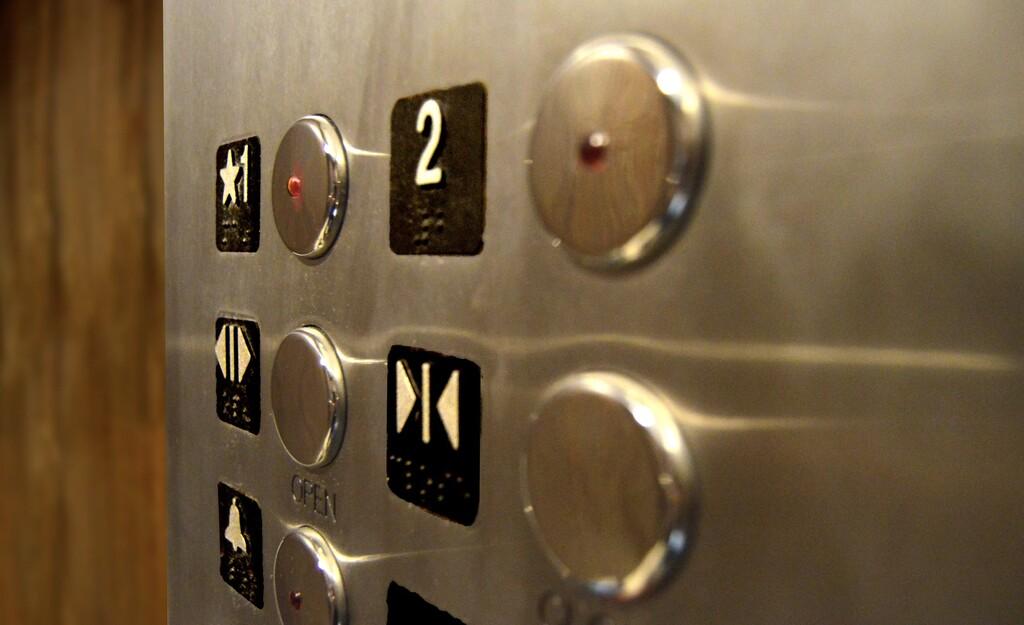 Los botones de cerrar puertas de los ascensores son (a veces) falsos: su única función es hacerte creer que tienes el control