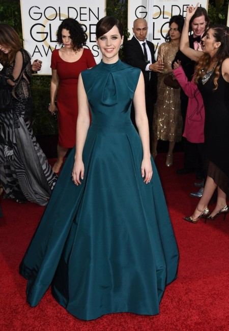 Felicity Jones con un Dior verde esmeralda en los Globos de Oro 2015