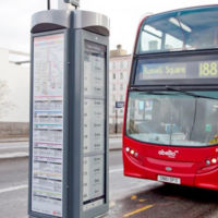 En Londres las paradas de autobús ya son solares, con conexión 3G y de tinta electrónica