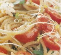 Espaguetis con germinados de mostaza y tomatitos cherry