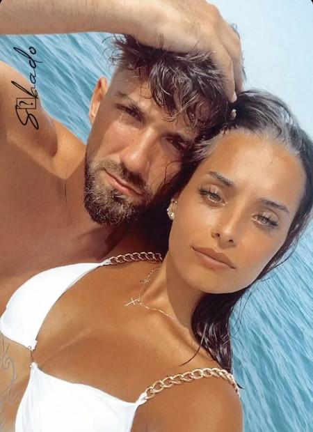 Qué calladito te lo tenías, pillín: Alejandro Albalá nos presenta a su nueva novia con esta pose de tapar entradas con flequillo, perfecta si no quieres ir a Turquía