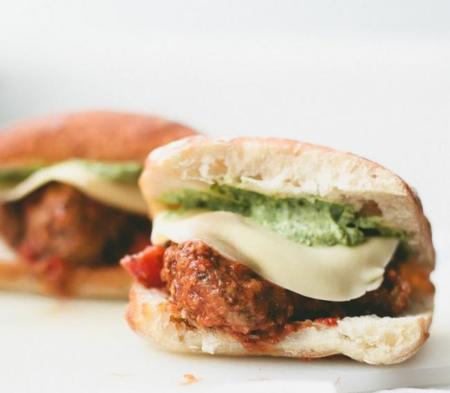 Espectacular sándwich de albóndigas con allioli de pesto