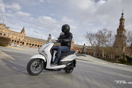 Probamos la Yamaha D'elight 125: un sencillo scooter sin carnet que convence por practicidad, consumo y precio