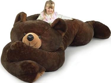 Un oso de peluche gigante para la habitación infantil
