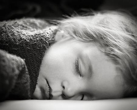 Niños que duermen menos de diez horas, mayor riesgo de obesidad