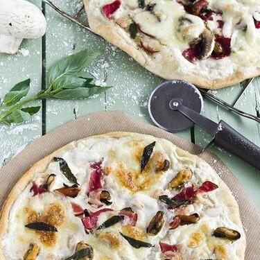 Pizza blanca de mariscos y tocino