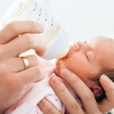 Los bebés alimentados con biberón tragan millones de microplásticos al día: cómo evitarlo