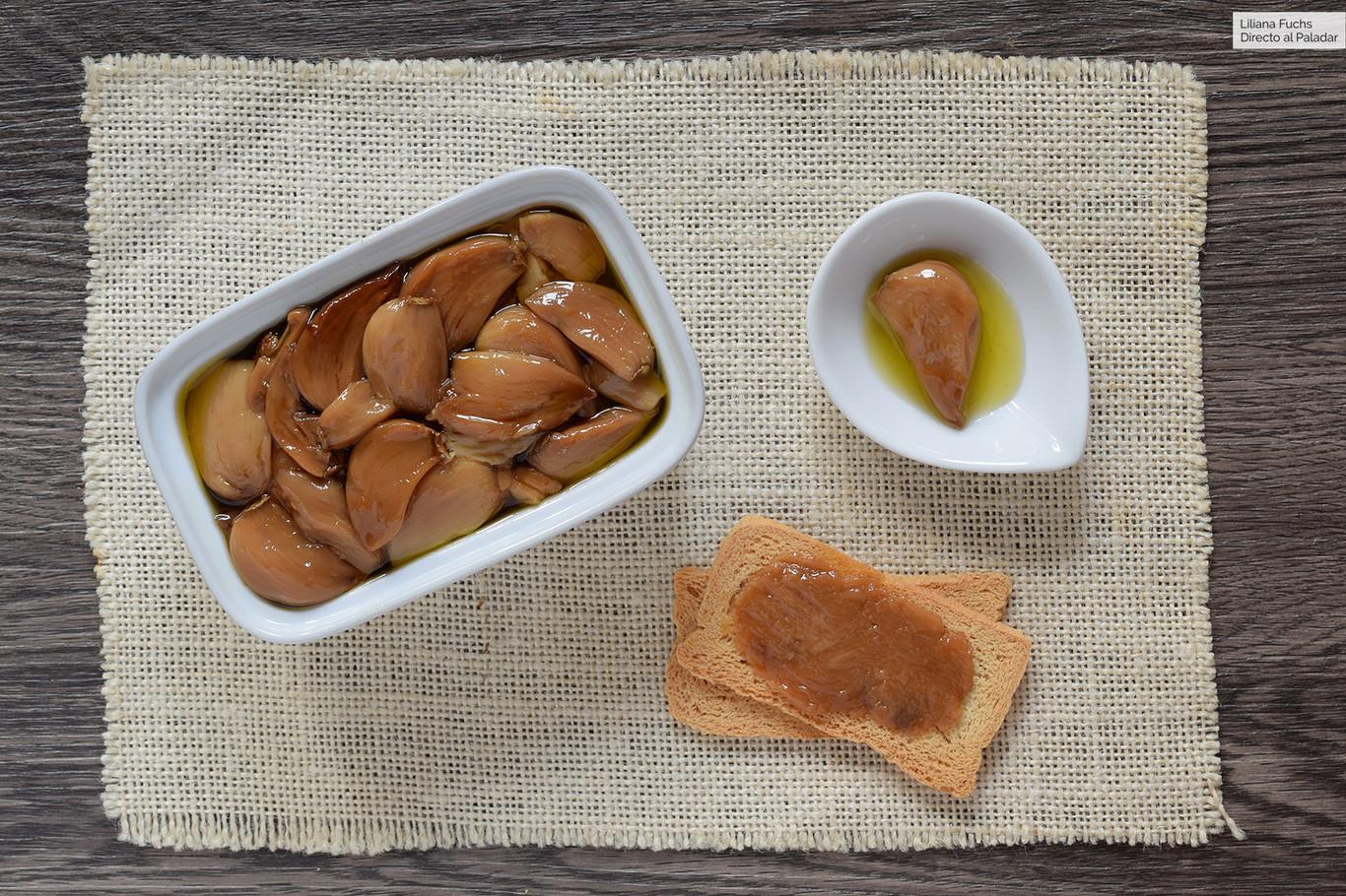 Ajo asado en olla de cocción lenta (y su aceite): una bomba de sabor cremosa para condimentar casi todo