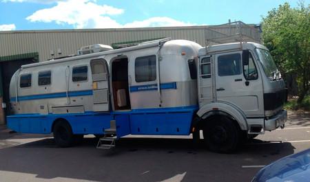 Este camión convertido en autocaravana Airstream tiene cocina completa, ducha y se alimenta del sol y el aire