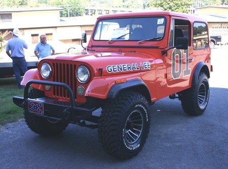 Un Jeep CJ-7 vestido de General Lee