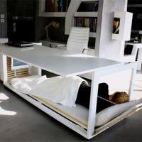 Atención workaholics, el escritorio-cama ha llegado para alegría (o desdicha) de todos