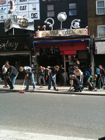 Miles de ciudadanos se movilizan desde las redes sociales para limpiar las calles afectadas por los disturbios en Londres