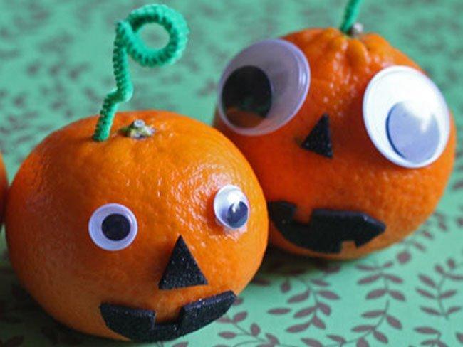 Calabazas de mandarina para decorar la mesa de halloween - Decorar calabaza halloween ninos ...