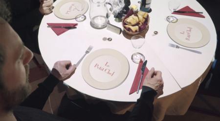 La proyección sobre la mesa de Le Petit Chef te entretiene mientras se hace la comida