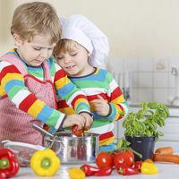 Hoy cocinamos con mamá: ideas para hacer de las tareas en la cocina un juego
