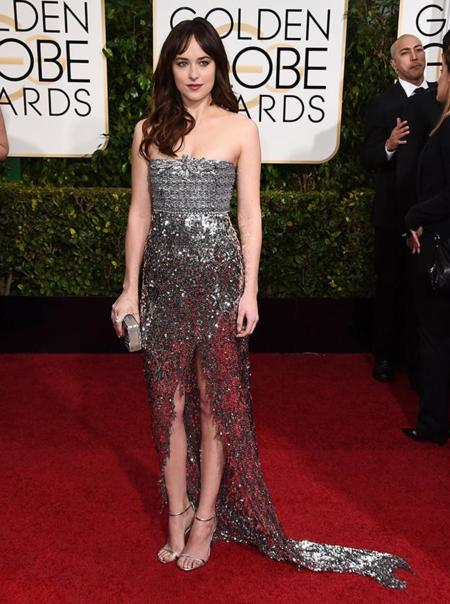 Dakota Johnson muy brillante de Chanel en los Globos de Oro 2015