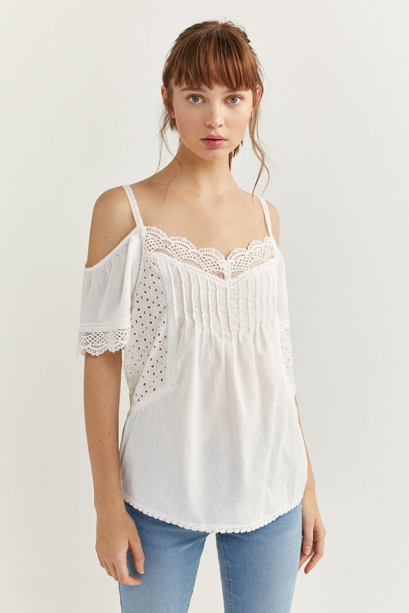 Blusa de manga corta con tirantes, con hombros descubiertos, con detalle de lace en escote y mangas, con bordados en los laterales.