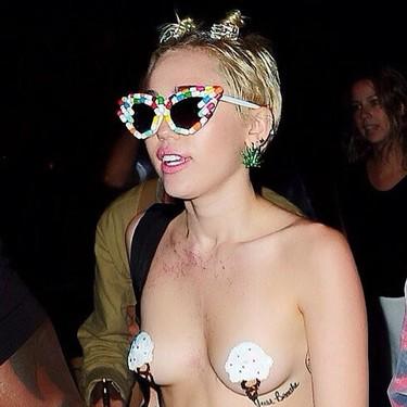 De fiesta sin camisa. Lo normal para Miley Cyrus