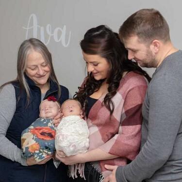Tiene dos bebés, pero no son gemelas: queda embarazada un mes después de que su madre comenzara a gestar a su primer bebé