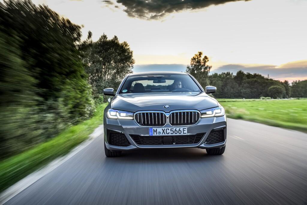 El BMW 545e xDrive es el Serie 5 más potente: un coche híbrido enchufable de 394 CV y etiqueta CERO desde 79.700 euros