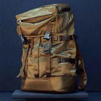 Listas para donde vayas: las bolsas y mochilas de Arket adoptan un estilo militar para la primavera