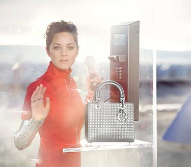 Un pequeño bolso, un pequeño placer. Así son los nuevos Lady Dior con Marion Cotillard