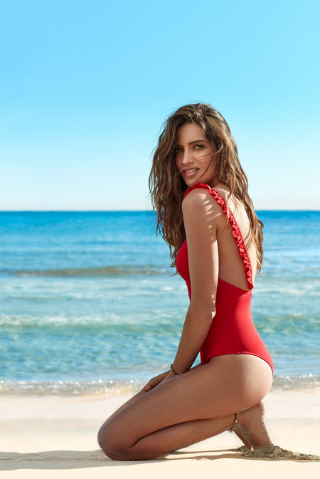 Sara Carbonero te enseña la moda de baño que vas a desear este verano con Calzedonia