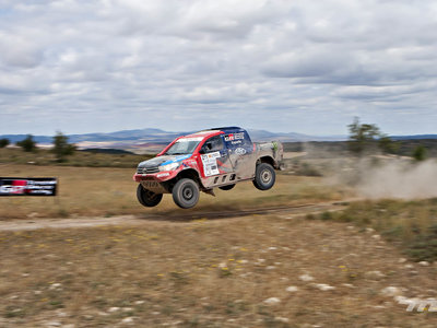 Volamos bajo con Nani Roma en su Toyota Hilux: cuando el tiempo se detuvo hasta chocar y mascar polvo