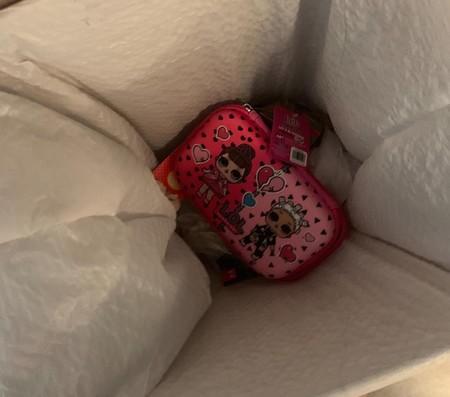 La lección de una madre a su hija al tirar el estuche que le regaló a la basura: una bolsa de plástico para sus lápices
