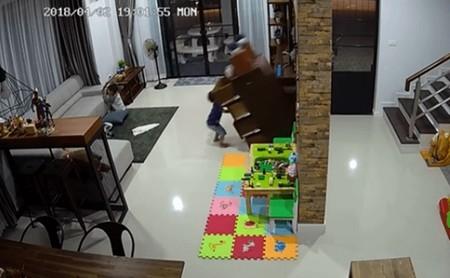 El angustiante momento en el que un niño se salva de ser aplastado por una cajonera: ancla tus muebles