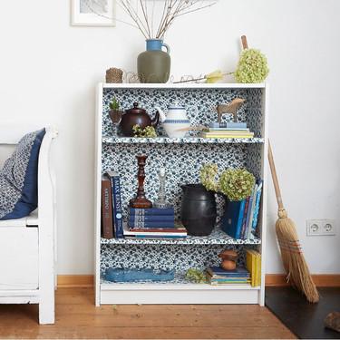 DIY: el resultado de forrar una estantería Billy de Ikea con una bonita tela de flores