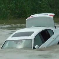 ¿Qué haces cuando recibes el BMW que no querías de regalo? ¡Lo avientas al río!