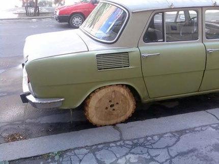 Coche con ruedas de madera