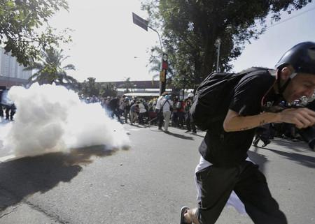 Los efectivos de seguridad lanzan gases lacrimógenos contra las personas que se manifiestan en San Pablo