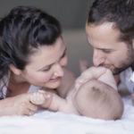 Cada vez más niños llevan el apellido de su mamá en primer lugar. Lo que debes saber sobre cambiar el orden de los apellidos del bebé